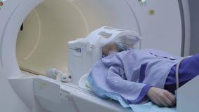 Der komplette Prozess der Untersuchung eines Patienten mit magnetischer Resonanz- Darstellung Röntgenstrahlstudie Erfinderische T stock video footage