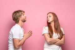 Der Konflikt von Paaren stockbilder