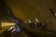 Der konkrete Tunnel mit Wasser lizenzfreies stockbild