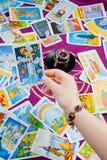 Der Kontrollturm. Tarot Karte hielt in der Hand an. Stockbild