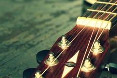Der Kopf der Gitarre mit Schnüren Lizenzfreie Stockbilder