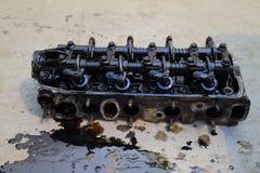 Der Kopf des Blockes der Zylinder Der Kopf des Blockes der Zylinder entfernt von der Maschine für Reparatur Teile im Motoröl Ca Stockfotos
