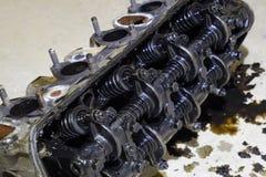 Der Kopf des Blockes der Zylinder Der Kopf des Blockes der Zylinder entfernt von der Maschine für Reparatur Teile im Motoröl Ca Stockfotografie