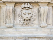 Der Kopf des Löwes auf einer Fassade Stockfotos