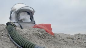 Der Kopf eines toten Kosmonauten liegt auf dem Sand durch das Meer Astronaut stieß auf seinem Raumschiff zusammen Wolkiges Wetter stock video footage