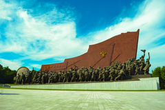Der koreanische Revolutionär häuft Statue der roten Fahne in Mansudae, Pjöngjang-Stadt, die Hauptstadt von Nordkorea an Stockbild