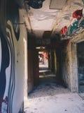 Der Korridor innerhalb des Gebäudes von links und von vergessenem sowjetischem Sommerlager Skazka unweit von Moskau Lizenzfreie Stockbilder