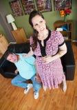 Der Kragen des schwangere Frauen-Ergreifungsmannes Lizenzfreie Stockfotos