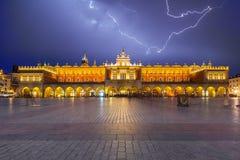 Der Krakau-Stoff Hall auf dem Hauptplatz nachts, Polen lizenzfreie stockfotografie