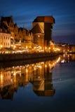 Der Kran in der alten Stadt von Gdansk bis zum Nacht Stockfotografie