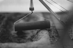 Der Kran hebt das Eisen an lizenzfreies stockbild