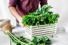 Der Kraut-Holzkiste des Landwirts frisch ernten weiße Tabelle lizenzfreies stockfoto