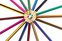 Der Kreis wird mit farbigen Bleistiften wie Strahlen der Sonne gezeichnet Stockfoto
