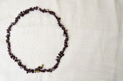 Der Kreis wird von den weiblichen schönen Perlen, die Halsketten von braunen dunklen Steinen gemacht, bernsteinfarbig mit einem H lizenzfreies stockfoto