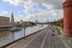 Der Kreml-Damm in der Moskau-Mitte mit der der Kreml-Wand, Moskva-Fluss und der Kathedrale von Christus der Retter, Russe Feder Lizenzfreie Stockfotos