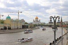 Der Kreml-Damm in Moskau, das den Fluss und die Hauptanziehungskräfte der russischen Hauptstadt übersieht stockfoto