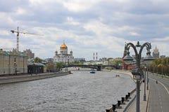 Der Kreml-Damm in Moskau, das den Fluss und die Hauptanziehungskr?fte der russischen Hauptstadt ?bersieht lizenzfreies stockfoto