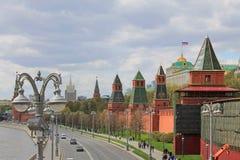 Der Kreml-Damm in Moskau, das den Fluss und die Hauptanziehungskr?fte der russischen Hauptstadt ?bersieht stockfotos