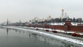 Der Kreml-Damm und Moskau-Fluss stock footage