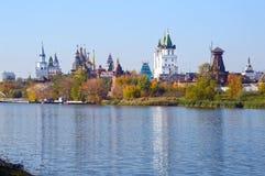 Der Kreml in der Izmailovo-Fluss-Ansicht vom Fluss Stockbild