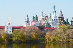 Der Kreml Izmailovo-Fluss-im goldenen Autumn Sunny-Tagsonnenlicht Stockbild