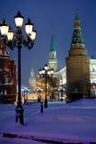 Der Kreml ragt in schneienden Abend des Winters, Moskau hoch Lizenzfreie Stockfotografie