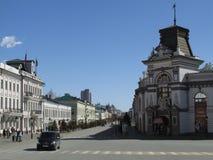 Der Kreml-Straße und das Nationalmuseum der Republik von Tatarstan lizenzfreie stockfotos