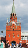 Der Kreml-Tor durch Troitskaya-Turm, Moskau Stockfotografie