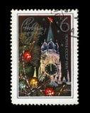 Der Kreml-Turm mit rotem Stern, verzierter Tannenbaum für neues Jahr, circa 1970, Lizenzfreies Stockfoto