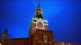 Der Kreml-Uhr oder der Kreml-Glockenspiele, der Kreml-Wand, roter Stern, Abschluss oben, blauer Himmel stock video