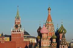 Der Kreml- und St.-Basilikum Kathedrale, Moskau, Russi stockfotos