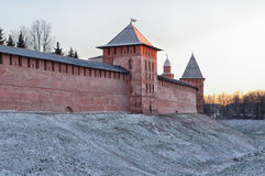 Der Kreml in Veliky Novgorod, Russland, am sonnigen Abend des Winters Lizenzfreies Stockfoto