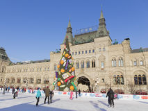 Der Kreml-Weihnachtsbaum und Touristen an der Eisbahn Stockbild