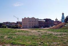 Der Kremlin wird im Fluss reflektiert Alte Häuser auf Lodochny-Weg Sysran Samararegion Stockbilder