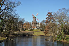 Der Kremlin wird im Fluss reflektiert Alte hölzerne Mühle auf einem Hügel Lizenzfreies Stockfoto
