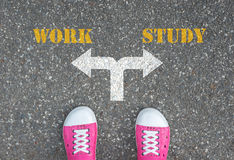 An der Kreuzung zu machen oder Entscheidung, - Arbeit zu studieren Stockbild