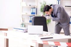 Der Kriminalistikforscher an der Szene des Büroverbrechens stockfotos
