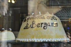 Der Kuchen mit dem Aufschrift Italiener u. dem x22; La Polenta osei Di Bergamo u. x22; Lizenzfreie Stockfotografie