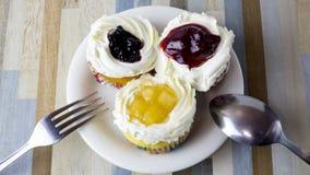 Der Kuchen mit drei Früchten ist es schön Stockfoto