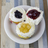 Der Kuchen mit drei Früchten ist es schön Lizenzfreie Stockfotos