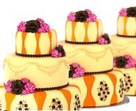 Der Kuchen mit drei Reihen mit 3 Schicht verzierte Schokolade stieg Lizenzfreies Stockbild
