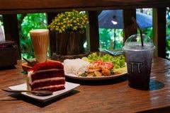 Der Kuchen und die Getränke in der Kaffeestube Stockbild
