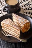 Der Kuchen von Esterhazy und von Kaffeenahaufnahme auf dem Tisch vertikal stockfoto