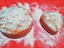 Der Kuchen wird mit Zuckerpulver besprüht stockbilder