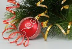 Der Kugel- und Pelzbaumzweig des neuen Jahres sind auf a Lizenzfreie Stockfotografie