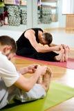 Der Kursleiter auf Yoga lizenzfreie stockbilder