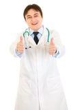 Der lächelnde Arzt, der Daumen zeigt, up Geste Lizenzfreies Stockfoto