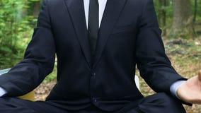 Der lächelnde Büroangestellte, der Lotussitz, Reinigungsverstand vom Druck nimmt, entspannen sich stock video