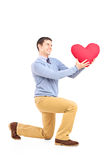 Der lächelnde Mann, der mit rotem Innerem knit, formen Nachricht Lizenzfreies Stockbild