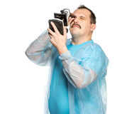 Der lächerliche fette Chirurg mit einer Zigarette und einem Mikroskop Lizenzfreie Stockfotografie